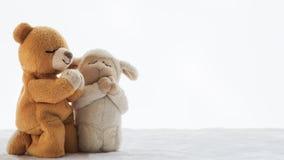 Deux poupées prient pour des bénédictions de Dieu Image stock