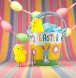 Deux poussins de Pâques et seau coloré d'émail Photos libres de droits