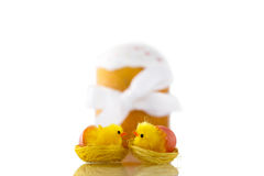 Deux poussins et Pâques de baiser jaunes durcissent avec le ruban blanc d'isolement sur le fond blanc Images stock
