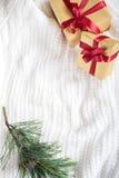 Deux présents lumineux sur le fond de tricotage Images stock