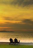 Deux présidences sur la plage avec le coucher du soleil Photos stock