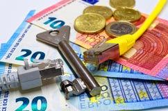 Deux prises de connexion réseau se sont divisées par des billets de banque et des pièces de monnaie principaux et euro comme fond Photos libres de droits