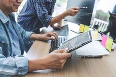 Deux programmeurs professionnels coopérant à la programmation et au site Web se développants fonctionnant dans un logiciel dévelo image libre de droits