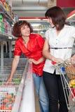 Deux propriétaires dans le supermarché Photographie stock libre de droits