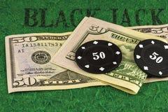 Deux puces noires se trouvent sur deux 50 billets d'un dollar Photo libre de droits
