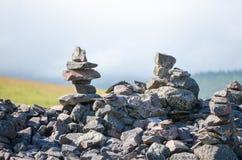 Deux pyramides des désirs des pierres dans les montagnes Photos libres de droits