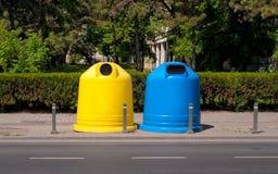 Deux récipients en plastique pour des déchets Photo libre de droits