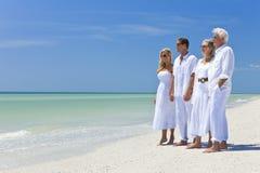 Deux rétablissements de famille de couples sur la plage Photographie stock