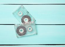 Deux rétros cassettes sonores de 80s sur un fond en bois bleu Photographie stock libre de droits