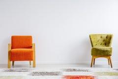 Deux rétros chaises différentes photo stock