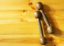 Deux rétros haltères sur le fond en bois Image stock