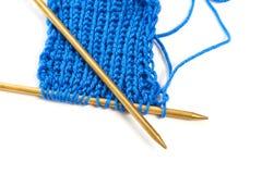 Deux rais avec le tissu de laine bleu de knit ont isolé le macro Images stock