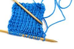 Deux rais avec le tissu de laine bleu de knit ont isolé le macro Images libres de droits