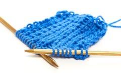 Deux rais avec le tissu de laine bleu de knit ont isolé le macro Photographie stock libre de droits
