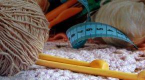 Deux rais en bambou pour le tricotage et une boule de laine photos libres de droits