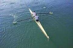 Deux rameurs dans un bateau Image libre de droits