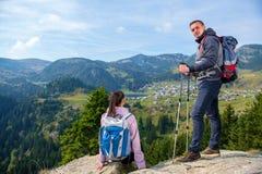 Deux randonneurs au point de vue dans les montagnes appréciant la belle vue de la vallée avec un lac photographie stock libre de droits