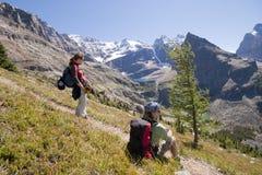 Deux randonneurs dans les Rocheuses canadiennes Image stock