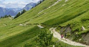 Deux randonneurs marchant dans les montagnes Photographie stock libre de droits