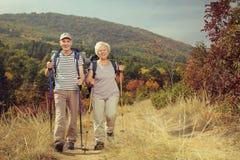 Deux randonneurs pluss âgé marchant vers l'appareil-photo dehors Images stock