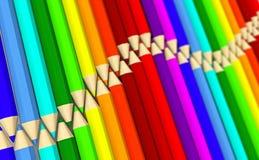 Deux rangées de vague menteuse colorée de crayons avec l'effet de foyer Photo libre de droits