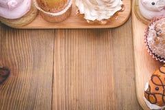 Deux rangées de vue supérieure de gâteaux Image stock
