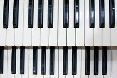 Deux rangées des clés noires et blanches d'un vieil instrument de musique, un organe photos libres de droits