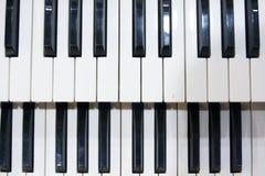 Deux rangées des clés noires et blanches d'un vieil instrument de musique, un organe photographie stock libre de droits