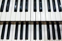 Deux rangées des clés noires et blanches d'un vieil instrument de musique, un organe images libres de droits