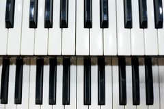 Deux rangées des clés noires et blanches d'un vieil instrument de musique, un organe images stock
