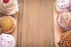 Deux rangées des gâteaux Photographie stock