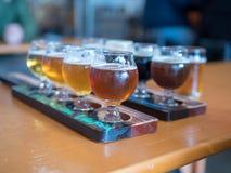 Deux rangées des vols de bière à une barre images stock