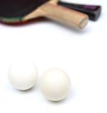 Deux raquettes et billes de ping-pong Image libre de droits