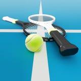 Deux raquettes et boules de tennis sont situées sur une cour Images stock