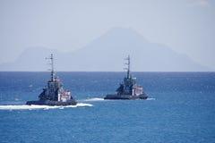 Deux remorqueurs conduisant à vitesse normale à l'extérieur à la mer Image stock