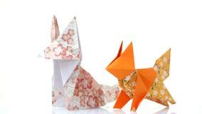 Deux renards d'origami sur le fond blanc photo libre de droits