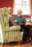 Deux retraités parlant là de la famille à la maison de repos Photographie stock