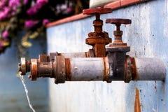Deux robinets avec le fonctionnement de l'eau photographie stock libre de droits