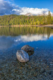 Deux roches dans un lac un jour ensoleillé photos stock