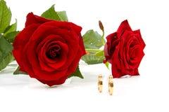 Deux roses et boucles de mariage Photos libres de droits