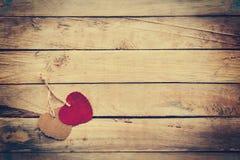 Deux rouges et coeur brun sur le fond en bois Photographie stock