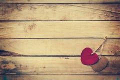 Deux rouges et coeur brun sur le fond en bois Images libres de droits