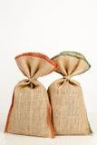 Deux sacs de jute sur une table blanche Image stock