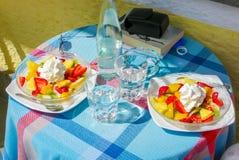 Deux salades de fruits avec la crème fouettée images libres de droits