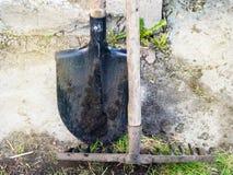 Deux sales et outils de jardin, pelle et r?teau utilis?s photographie stock libre de droits