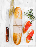 Deux sandwichs avec des saumons pour le petit déjeuner Image libre de droits
