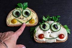 Deux sandwichs drôles et une main de femme images stock