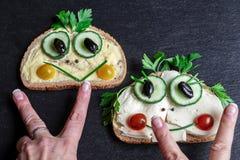 Deux sandwichs drôles sur le plateau d'ardoise images stock