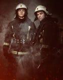 Deux sapeurs-pompiers Images stock