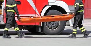 deux sapeurs-pompiers avec la civière photos libres de droits